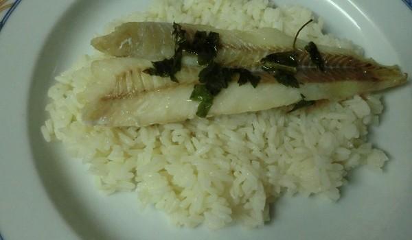 Filets de merluza con arroz y tomate