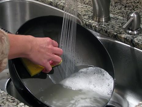 Hay varias consideraciones para tener en cuenta a la hora de limpiar sartenes antiadherentes